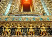 Τα χρυσά αγάλματα garuda στέκονται γύρω από την κύρια εκκλησία και το χέρι στο λ Στοκ φωτογραφία με δικαίωμα ελεύθερης χρήσης