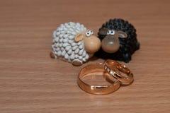 Τα χρυσά γαμήλια δαχτυλίδια είναι τα αγάλματα των προβάτων Στοκ Φωτογραφίες