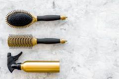 Τα χρυσά εργαλεία εργασίας σαλονιών ομορφιάς με τη χτένα για την τρίχα ντύνουν και χρωματίζοντας στη τοπ χλεύη άποψης υποβάθρου π Στοκ Εικόνα