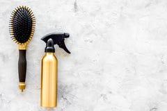 Τα χρυσά εργαλεία εργασίας σαλονιών ομορφιάς με τη χτένα για την τρίχα ντύνουν και χρωματίζοντας στη τοπ χλεύη άποψης υποβάθρου π Στοκ Εικόνες