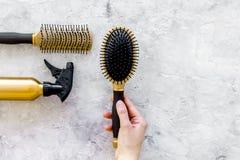 Τα χρυσά εργαλεία εργασίας σαλονιών ομορφιάς με τη χτένα για την τρίχα ντύνουν και χρωματίζοντας στη τοπ χλεύη άποψης υποβάθρου π Στοκ Φωτογραφία