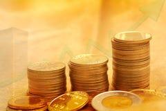 Τα χρυσά νομίσματα συσσωρεύουν την οικονομική έννοια υποβάθρου Στοκ Εικόνες