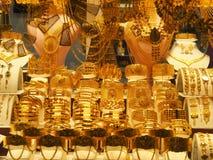 Τα χρυσά περιδέραια, τα βραχιόλια και τα διάφορα κοσμήματα πώλησαν σε ένα κατάστημα κοσμημάτων στην Τουρκία στοκ εικόνες