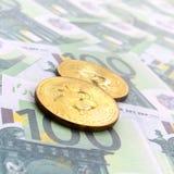 Τα χρυσά φυσικά bitcoins είναι ψέματα σε ένα σύνολο πράσινου νομισματικού deno Στοκ φωτογραφίες με δικαίωμα ελεύθερης χρήσης