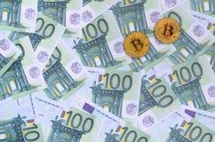 Τα χρυσά φυσικά bitcoins είναι ψέματα σε ένα σύνολο πράσινου νομισματικού deno Στοκ εικόνες με δικαίωμα ελεύθερης χρήσης
