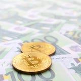 Τα χρυσά φυσικά bitcoins είναι ψέματα σε ένα σύνολο πράσινου νομισματικού deno Στοκ Εικόνα