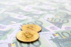 Τα χρυσά φυσικά bitcoins είναι ψέματα σε ένα σύνολο πράσινου νομισματικού deno Στοκ Εικόνες