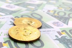 Τα χρυσά φυσικά bitcoins είναι ψέματα σε ένα σύνολο πράσινου νομισματικού deno Στοκ φωτογραφία με δικαίωμα ελεύθερης χρήσης