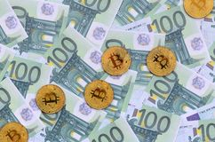 Τα χρυσά φυσικά bitcoins είναι ψέματα σε ένα σύνολο πράσινου νομισματικού deno Στοκ Φωτογραφία