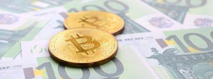 Τα χρυσά φυσικά bitcoins είναι ψέματα σε ένα σύνολο πράσινου νομισματικού deno Στοκ εικόνα με δικαίωμα ελεύθερης χρήσης