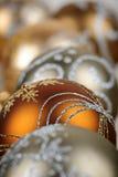 Τα χρυσά Χριστούγεννα διακοσμούν την κινηματογράφηση σε πρώτο πλάνο Στοκ Φωτογραφία