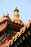 Τα χρωματισμένα και σμιλευμένα σχέδια διακοσμούν την πρόσοψη και τη στέγη ενός βουδιστικού ναού στο Πεκίνο (Κίνα) Στοκ εικόνα με δικαίωμα ελεύθερης χρήσης