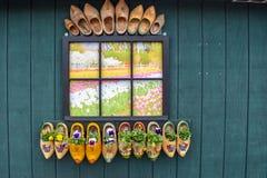 Τα χρωματισμένα ξύλινα ολλανδικά φράζουν τα παπούτσια διακοσμώντας την πλευρά ενός κτηρίου στοκ εικόνες