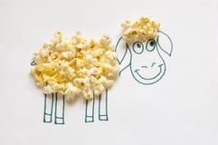 Τα χρωματισμένα πρόβατα και popcorn. Στοκ φωτογραφία με δικαίωμα ελεύθερης χρήσης