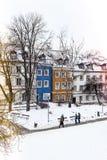 Τα χρωματισμένα σπίτια στην παλαιά πόλη της Βαρσοβίας μετά από τη θύελλα χιονιού το χειμώνα, ζωηρόχρωμα εξωτερικά ενάντια στο άσπ στοκ φωτογραφίες με δικαίωμα ελεύθερης χρήσης