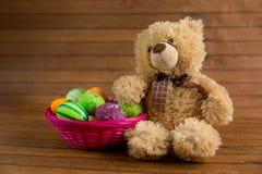 Τα χρωματισμένα χρώμα αυγά Πάσχας στο καλάθι και teddy αντέχουν Στοκ φωτογραφίες με δικαίωμα ελεύθερης χρήσης