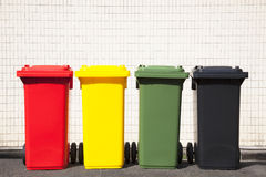 Τα χρώματα ανακυκλώνουν τα δοχεία στην οδό Στοκ φωτογραφίες με δικαίωμα ελεύθερης χρήσης