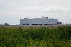 τα χρώματα κτηρίων αντιπαραβάλλουν υψηλό βιομηχανικό Στοκ Φωτογραφίες