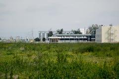 τα χρώματα κτηρίων αντιπαραβάλλουν υψηλό βιομηχανικό Στοκ Εικόνες