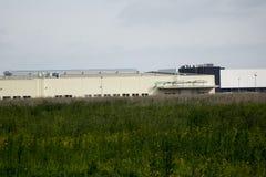 τα χρώματα κτηρίων αντιπαραβάλλουν υψηλό βιομηχανικό Στοκ φωτογραφία με δικαίωμα ελεύθερης χρήσης