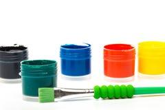 Τα χρώματα μπουκαλιών στο άσπρο υπόβαθρο, γκουας, βουρτσίζουν κοντά επάνω στοκ εικόνα