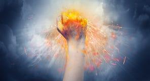 Τα χτυπήματα χεριών έντονα και κάνουν την πυρκαγιά στοκ εικόνες
