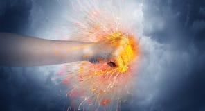 Τα χτυπήματα χεριών έντονα και κάνουν την πυρκαγιά στοκ φωτογραφία με δικαίωμα ελεύθερης χρήσης