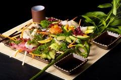τα ψάρια ανάμιξαν το ακατέργαστο sashimi φύκι Στοκ Φωτογραφία