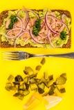 Τα ψάρια και το αβοκάντο τόνου με τα κρεμμύδια στη σίκαλη πασπαλίζουν το ανοικτό πρόσωπο Sandwic με ψίχουλα στοκ εικόνες