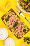 Τα ψάρια και το αβοκάντο τόνου με τα κρεμμύδια στη σίκαλη πασπαλίζουν το ανοικτό πρόσωπο Sandwic με ψίχουλα στοκ εικόνα