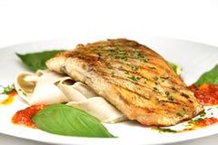 Τα ψάρια που τηγανίζονται με το ousom και διακοσμούν Στοκ Εικόνες