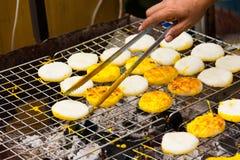 Τα ψημένα στη σχάρα κολλώδη ταϊλανδικά τρόφιμα ρυζιού στοκ φωτογραφίες με δικαίωμα ελεύθερης χρήσης