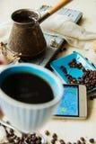 Τα ψημένα φασόλια καφέ διασκόρπισαν από την τσάντα εγγράφου πέρα από το σκούρο γκρι πιάτο γρανίτη, που συλλήφθηκε από τη τοπ άποψ Στοκ Εικόνα
