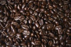 Τα ψημένα φασόλια καφέ, πλήρες πλαίσιο, κλείνουν επάνω στοκ φωτογραφία