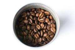 Τα ψημένα φασόλια καφέ στο μέταλλο μπορούν Στοκ εικόνα με δικαίωμα ελεύθερης χρήσης