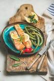 Τα ψημένα ψάρια σολομών με το λεμόνι, δεντρολίβανο, πιπέρι τσίλι, κυνήγησαν λαθραία φασόλια Στοκ εικόνα με δικαίωμα ελεύθερης χρήσης