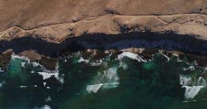 Τα ωκεάνια κύματα πηγαίνουν στην ακτή της άμμου Η άποψη από την κορυφή, το copter απογειώνεται απόθεμα βίντεο