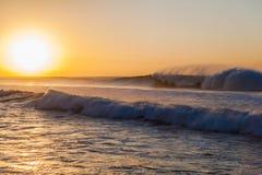 Τα ωκεάνια κύματα πλένουν με ψεκασμό την ανατολή Στοκ φωτογραφία με δικαίωμα ελεύθερης χρήσης