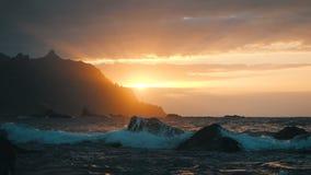 Τα ωκεάνια κύματα συντρίβουν στους βράχους και τον ψεκασμό στο όμορφο φως ηλιοβασιλέματος στην παραλία Benijo Tenerife, Κανάρια ν απόθεμα βίντεο