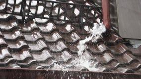 Τα όμβρια ύδατα κτυπούν από το σωλήνα αποχέτευσης φιλμ μικρού μήκους