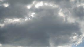 Τα όμορφα άσπρα σύννεφα πετούν στα ύψη πέρα από την έγκαιρη μόδα σφάλματος οθόνης πέρα από ένα βαθύ μπλε υπόβαθρο απόθεμα βίντεο