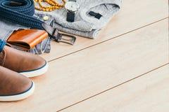 Τα όμορφα άτομα διαμορφώνουν στο ξύλινο υπόβαθρο Στοκ φωτογραφία με δικαίωμα ελεύθερης χρήσης