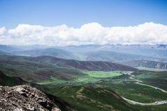 Τα όμορφα γαλαζοπράσινα στρώματα του τροπικού βουνού κυμαίνονται, στρώμα βουνών, άποψη πανοράματος Στοκ Φωτογραφίες