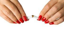 Τα όμορφα θηλυκά δάχτυλα σπάζουν ένα τσιγάρο Στοκ εικόνες με δικαίωμα ελεύθερης χρήσης
