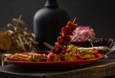 Τα όμορφα και νόστιμα τρόφιμα σε ένα κόκκινο πιάτο επάνω το υπόβαθρο στοκ φωτογραφία με δικαίωμα ελεύθερης χρήσης