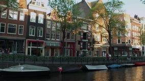 Τα όμορφα κανάλια στο κέντρο πόλεων του Άμστερνταμ - του ΑΜΣΤΕΡΝΤΑΜ - οι ΚΑΤΩ ΧΏΡΕΣ - 19 Ιουλίου 2017 Στοκ Φωτογραφία