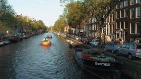 Τα όμορφα κανάλια στο κέντρο πόλεων του Άμστερνταμ - του ΑΜΣΤΕΡΝΤΑΜ - οι ΚΑΤΩ ΧΏΡΕΣ - 19 Ιουλίου 2017 Στοκ φωτογραφία με δικαίωμα ελεύθερης χρήσης