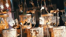 Τα όμορφα κηροπήγια ανεμόμυλων μετάλλων κινητικά των διάφορων μορφών, των μεγεθών και των σχεδίων ταλαντεύονται στον αέρα Χορός τ απόθεμα βίντεο