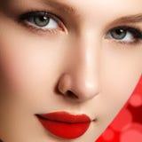 τα όμορφα κομψά στενά καλλυντικά που εξισώνουν τα χείλια μόδας προσώπου κάνουν makeup το πρότυπο πορτρέτο την κόκκινη αναδρομική  Στοκ Φωτογραφία