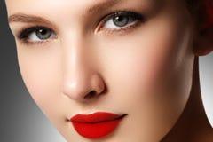 τα όμορφα κομψά στενά καλλυντικά που εξισώνουν τα χείλια μόδας προσώπου κάνουν makeup το πρότυπο πορτρέτο την κόκκινη αναδρομική  Στοκ φωτογραφίες με δικαίωμα ελεύθερης χρήσης